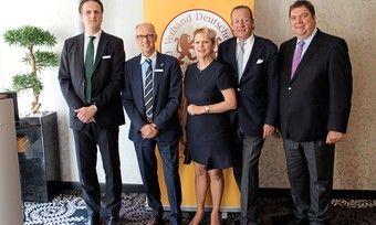 Die im Amt bestätigte Präsidentin des Verbandes Deutscher Großbäckereien Prof. Dr. Ulrike Detmers, ihre beiden Vizepräsidenten Alexander Heberer (2.v.l.) und Hans-Jochen Holthausen (2.v.r.) sowie die beiden Geschäftsführer Armin Juncker (r.) und Alexander