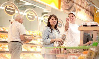 Die Meisterbäckereien in den SB-Warenhäusern sind offen gestaltet, sodass die Kunden den Bäckern bei der Arbeit zusehen können.