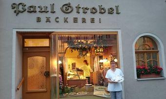 Romy Strobel vor ihrem Betrieb.