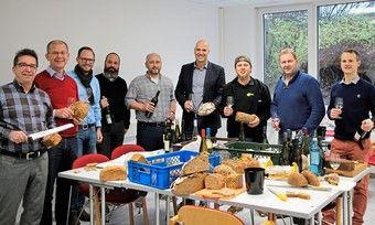 Die Arbeitsgruppe der Brot- und Wein-Sommeliers bei der Verkostung verschiedener Brotsorten und deutscher Weine.