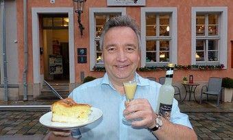 Varianten eines Traditionsgebäcks: Ralf Müller mit Eierschecke und Eierschecken-Likör.