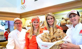 Goldmedaillen-Gewinnerin Natalie Geisenberger (2.v.r.) und Rennrodel-Teamkollegin und Silbermedaillen-Gewinnerin Dajana Eitberger (2.v.l.) mit Bäckermeister Hermann Lang und Konditormeisterin Petra Preinfalk.