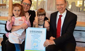 Landrat Michael Lübbersmann und Geschäftsführerin Heike Brinkhege mit den Nachwuchsbäckern Alyssa Lucia (5) und Fynn-Luca (7).