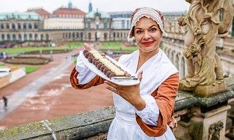 """Das """"Schokoladenmädchen"""" Henriette Ehrlich präsentiert verschiedene Schokoladen im Dresdner Zwinger."""