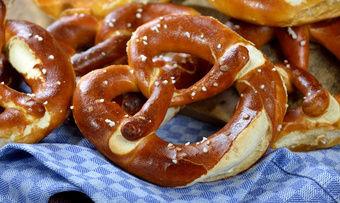 Wer der Bäckerei Mareis erfolgreich Kandidaten für ein Bewerbung als Azubi empfiehlt, dem winkt ein Brezen-Abo.
