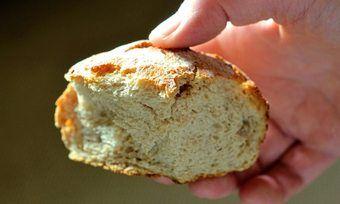 Bäckermeister Jens Hennig lässt die Brötchen in seinen Filialen verkosten.