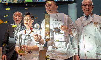 Siegerehrung beim iba-UIBC-Cup of bakers. Die Gewinner: Team China. Im Bild (v.l.) ZV-Präsident Michael Wippler, Zhou Bin und Peng Fudong, Juryvorsitzender Wolfgang Schäfer.