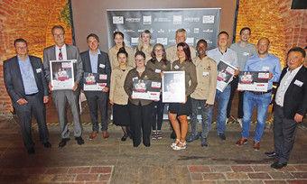 In der Mitte das Team von Café Poeth, links daneben die zwei Preisträger der Mecklenburger Backstuben und rechts die Vertreter der Bäckerei Saur umrahmt von den Hauptsponsoren links Alexander Herz Wiesheu und rechts Holger Knieling von der Bäko.
