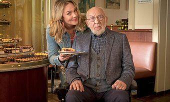 Menschenfeind Olaf Hintz (Dieter Hallervorden) bekommt von Trixi Kuntze (Alwara Höfels) seinen Lieblingskuchen serviert.