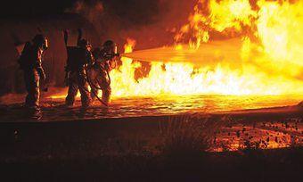 Beim Löschen sind drei Feuerwehrleute leicht verletzt worden.