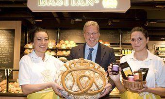 Bäckermeister Heiner Kamps mit Mitarbeiterinnen bei der Eröffnung seines Bastian's im Jahr 2009.
