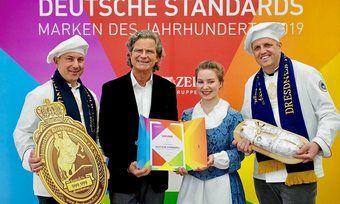 Übergabe der Urkunde (v. l.): Rico Uhlig (Schutzverband), Publizist Dr. Florian Langenscheidt, Stollenmädchen Lina Trepte und René Krause (Schutzverband)