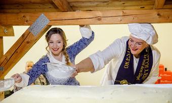 Stollenmädchen Lina Trepte und Fernseh-Konditorin Bettina Schliephake-Burchardt arbeiten am Riesenstollen.