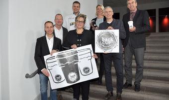 """Die Inhaber der vier Bäckereien stellen gemeinsam mit Landrat Friedhelm Spieker (rechts) das neue Pfandbechersystem """"backCUP"""" vor."""