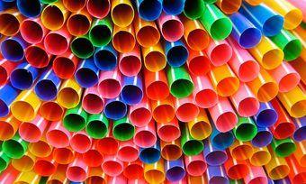 Alles so schön bunt hier: Plastiktrinkhalme stehen als Symbol für das Verbot aller Einweg-Plastikartikel.