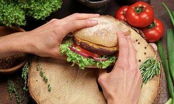 Die Insekten-Bratlinge der Bugfoundation gibt es ab sofort auch auf Restaurant-Burgern der Kette Hans im Glück.