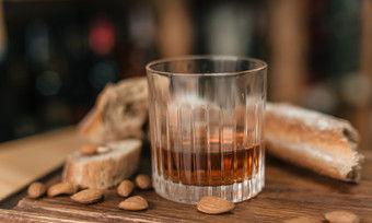 Passt zusammen: Whisky und Brot.