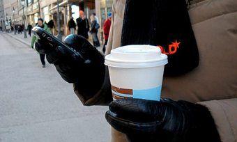 Neben dem Handy liegt auch häufig der To go-Becher aus Plastik in der Hand: Ohne Deckel reduziert sich der Abfall.