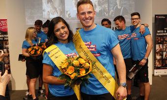 Nach der Kür von Miss und Mister Handwerk: die glücklichen Sieger Priyanka Balamohan und Robert Dittrich. Ganz Rechts Bäckermeister Raphael Nau.