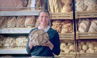 Spot-Intro: Innungsbäckerin Jule Meggers bietet dem Zuschauer handwerklich hergestelltes Brot an.