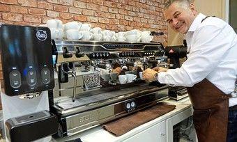 Auch beim Kaffee zählt Handwerk: Barista Goran Huber stellt an der Siebträgermaschine Kaffeespezialitäten her.