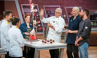 Die Jury um Günther Koerffer, Bettina Schliephake-Burchardt und Christian Hümbs bewerten eine Kreation der prominenten Show-Teilnehmer.