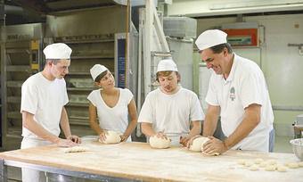 Für Azubis im Bäckerhandwerk legt ein Tarifvertrag die Vergütung fest.
