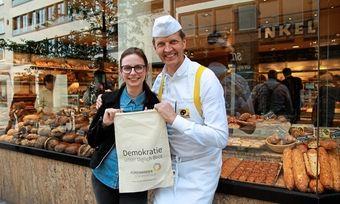 """Bäckermeister Josef Hinkel unterstützt die Kampagne """"Füreinander demokratisch""""."""