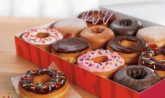 Dunkin' will künftig wieder mehr Schachteln füllen.