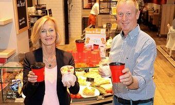 Babette Lichtenstein van Lengerich und ihr Mann Heinrich van Lengerich von der Lohner Landbäckerei bieten ihren Kunden Pfandbecher als Alternative an.