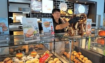 In Lekkerlands Schulungszentrum soll die Zubereitung und der Verkauf von Snacks trainiert werden.