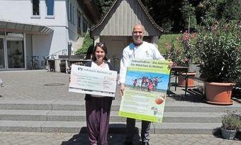 Annette Fürst und Bernd Kütscher bei der Scheckübergabe an der Bundesakademie Weinheim.