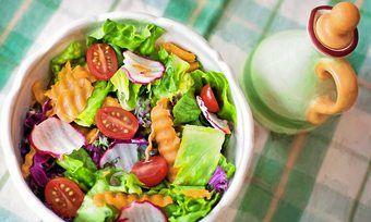 Kunden erwarten in der Bäcker-Gastronomie ein Angebot an Salaten.