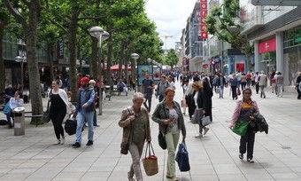 Laufkundschaft wäre da, aber für das Gewerbe wird es immer schwieriger, die Mieten in den Fußgängerzonen und Innenstädten zu bezahlen.