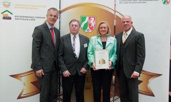 Preisverleihung 2014: Minister Johannes Remmel (von links) mit Helmut Terhorst und seiner Frau sowie Bernd Siebers.