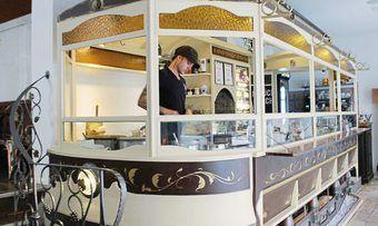 Im Zentrum des Cafés: Der Tram-Waggon dient als Theke und Backstube.