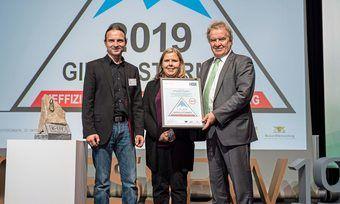 Die Geschäftsführer der Bäckerei Tiefenbach, Philipp Tiefenbach (links) und Yvonne Kohn, nehmen die Gipfelstürmer-Urkunde von Umweltminister Franz Untersteller entgegen.