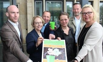 Einsatz für Pfandbecher unter anderem mit (v.l.): Franziskus von Boeselager (CupForCup GmbH), Umweltdezernentin Christine Lang, Axel Glasenapp (Obermeister der Bäckerinnung).