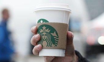 Starbucks will Kunden weg vom Einweg- zum Mehrwegbecher bringen.