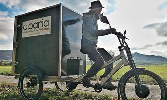 Cibarias Marktverkäuferin Sabine Thesing unterwegs auf dem E-Lastenrad.