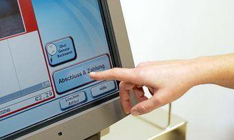Die Akzeptanz von SB-Kassen nimmt vor allem bei jüngeren Kunden deutlich zu.