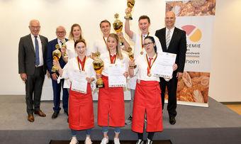 Die Sieger Katharina von Oetinger und Moritz Metzler (Mitte vorne und hinten) mit Zweit- und Drittplatzierten sowie Wolfgang Schäfer, Michael Wippler (links) und Akademie-Direktor Bernd Kütscher (rechts).
