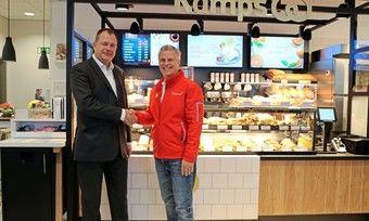 Kamps-Geschäftsführer Thomas Prangemeier (li.) und Gunnar Jahnke, Alliance Manager bei Shell, eröffnen den ersten Kamps-Standort in der Shell-Station in Kamp-Lintfort.