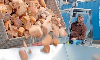 Bio-Landwirt und -Bäcker Niko Gottschaller betreibt auch eine Biogas-Anlage mit Restbrot.