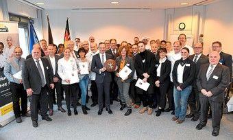 Minister Volker Wissing (Mitte) mit Preisträgern und Verbandsmitarbeitern.