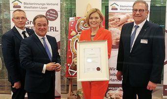 Julia Klöckner nimmt die Auszeichnung im Beisein von Verbands-Geschäftsführer Michael Bartilla (v.l.), Laudator Armin Laschet und Landesinnungsmeister Jürgen Hinkelmann entgegen.