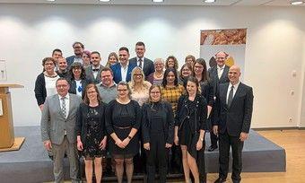 Die Absolventen des Verkaufsleiter-Kurses 2019 feiern ihren Abschluss mit Dozenten, Mitgliedern der Prüfungskommission und HWK-Präsident Hofmann (vorne links).