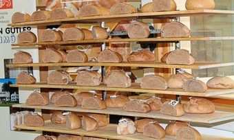 In der Bäckerei Beck in Römerstein sind mit Mehlen aus insgesamt 40 Sorten nach gleichem Rezept Teige hergestellt und Brote gebacken worden.