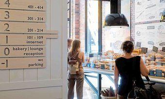 Von der Bäckerei direkt aufs Zimmer: Die Theke ist auch Hotelrezeption.