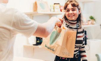 """Bei Starbucks können Gäste jetzt in Kooperation mit """"To Good To Go"""" vor Ladenschluss nicht verkaufte Lebensmittel günstig erwerben."""